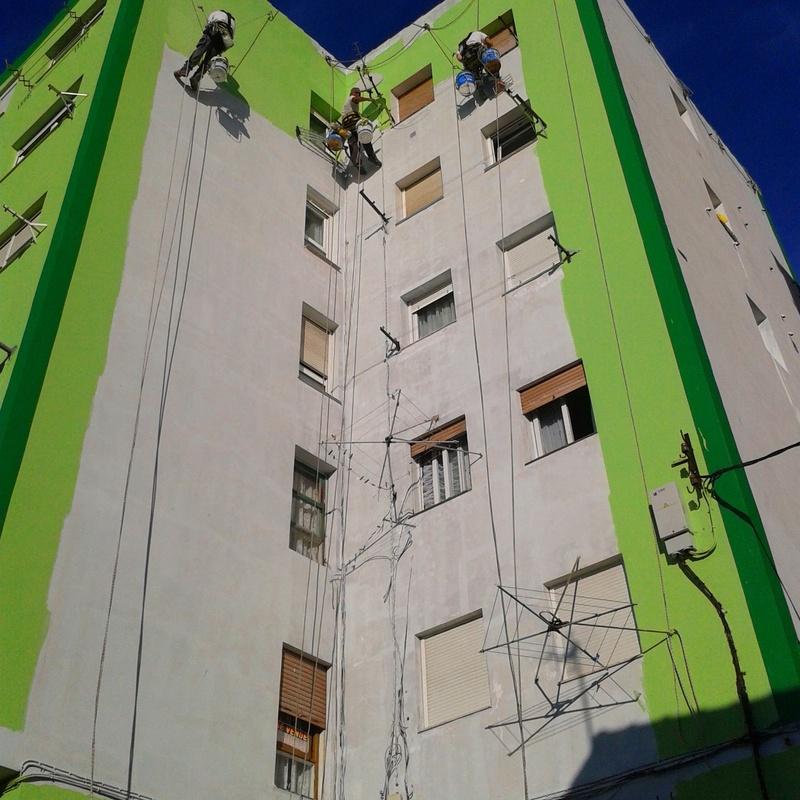 Rehabilitación de fachada en Santander con sistemas de cuerdas y lineas de vida eventuales.