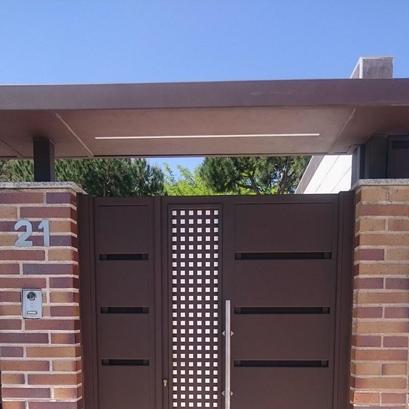 Puerta metálica de acceso a parcela, para el paso de personas.