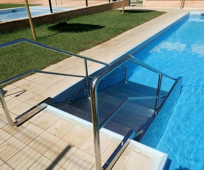 Escalera con barandilla de acero inoxidable para piscina