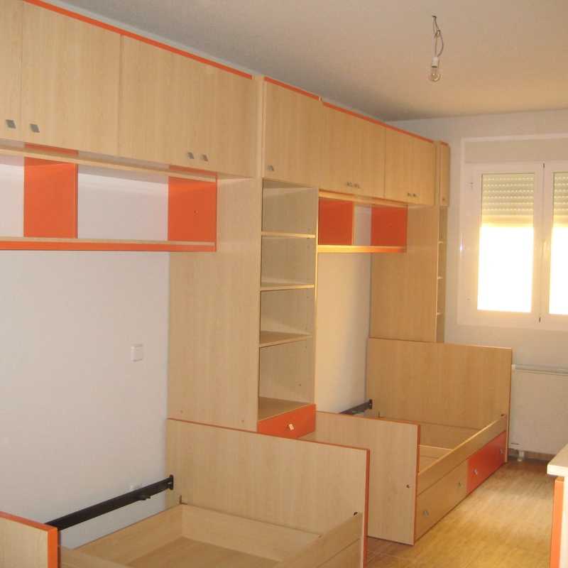 Dormitorio tipo puente, camas con cajones de gran capacidad.
