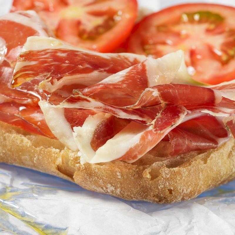 Tostada de pan con jamón, aceite y tomate: Menús de Restaurante Terraza La Parrilla de Valdemoro