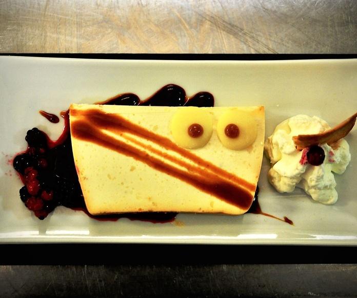 Tarta de queso a la asturiana, con frutos rojos y nata.