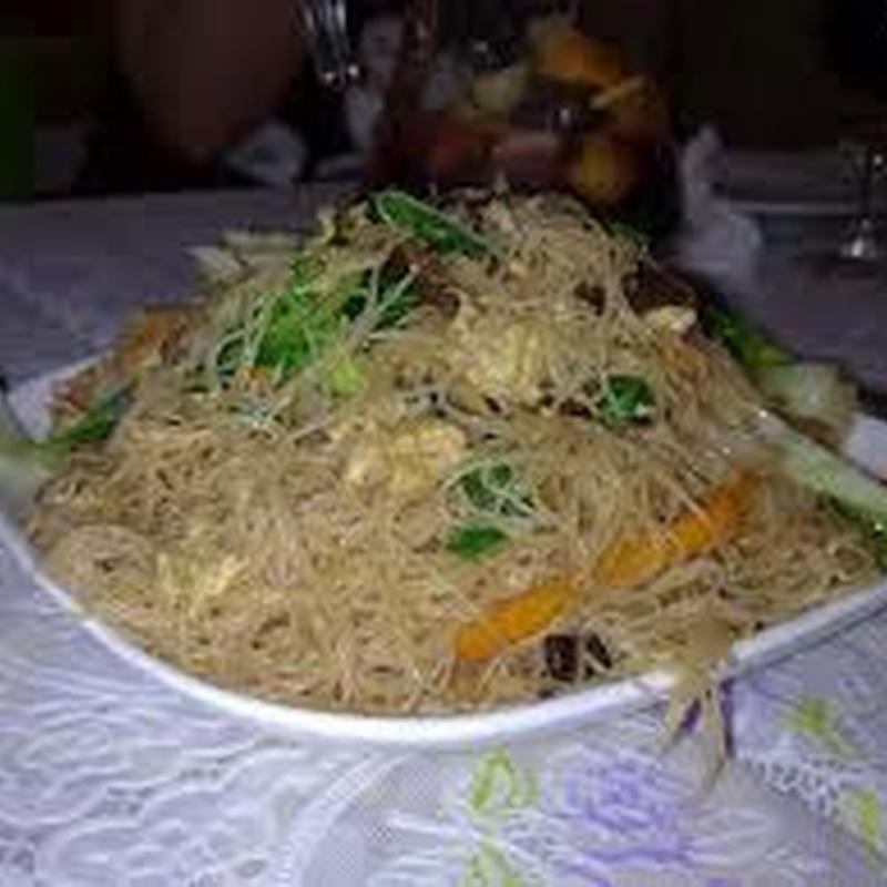 Fideos de arroz fritos con tres delicias: Carta de El Jardín de Oriente
