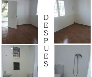 """El """"antes"""" y el """"después"""" de una limpieza de obra en una pequeña oficina con suelo cerámico, paredes lisas y carpintería de aluminio."""