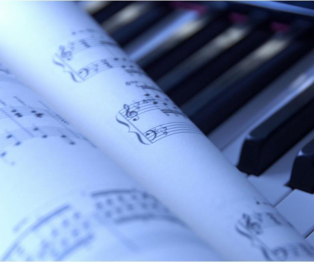 La razón por la que las partituras de piano llevan dos claves