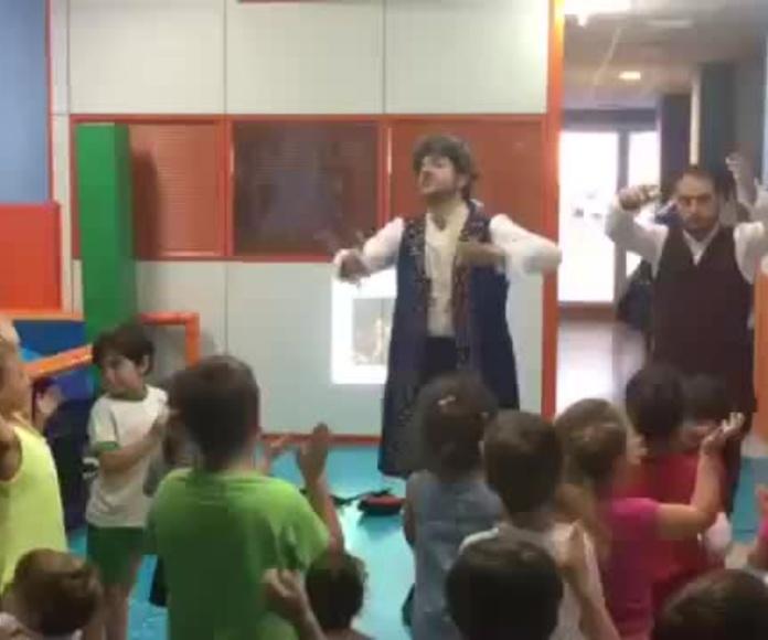 """Los alumnos de Infantil bailando al ritmo del aria """"La donna è mobile"""" de la ópera Rigoletto de Verdi, en el Colegio Infantil Superfriends de Valencia. Sesión en inglés"""