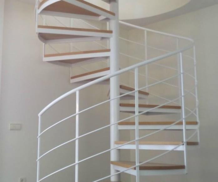 Escalera de caracol de interior con escalón de madera