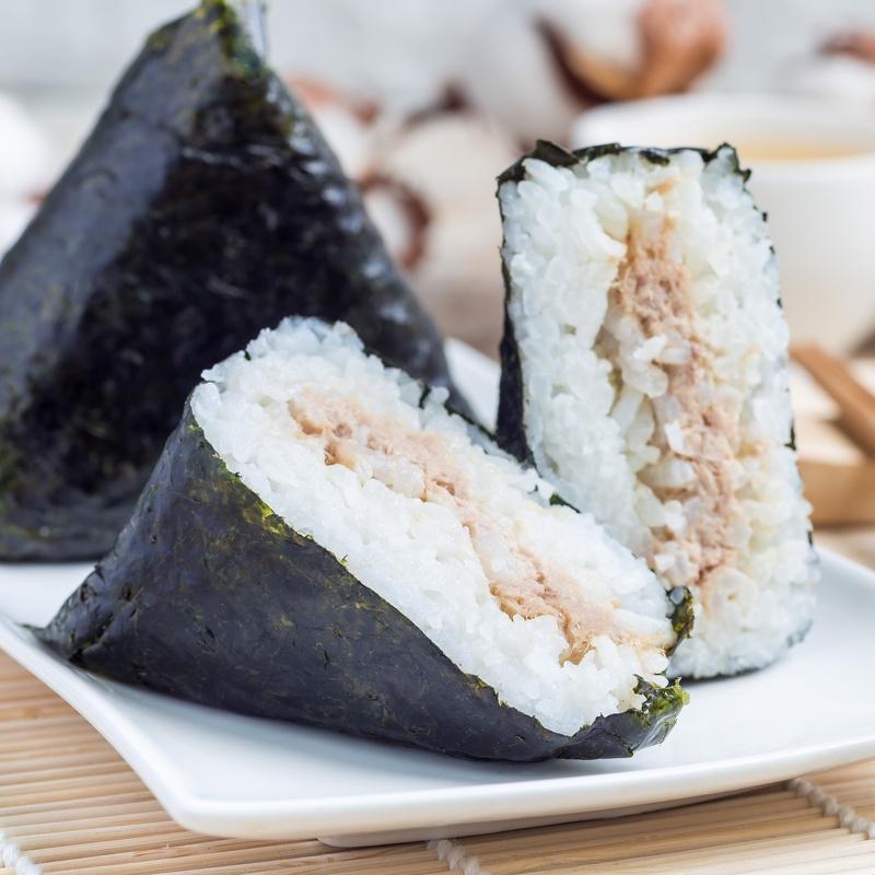 130.Oniguiri relleno de pollo rebozado 2 Piezas: Carta y menús de Yoshino