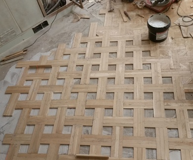 Parquet Mosaico en roble de 360X42X14mm. con cenefa perimetral e incrustación de palo rojo.