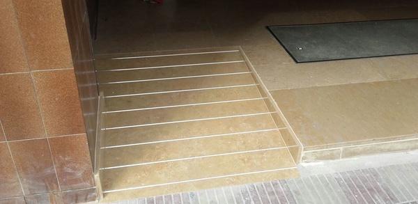 Rampa de acceso en Cenia pulido con tiras de aluminio