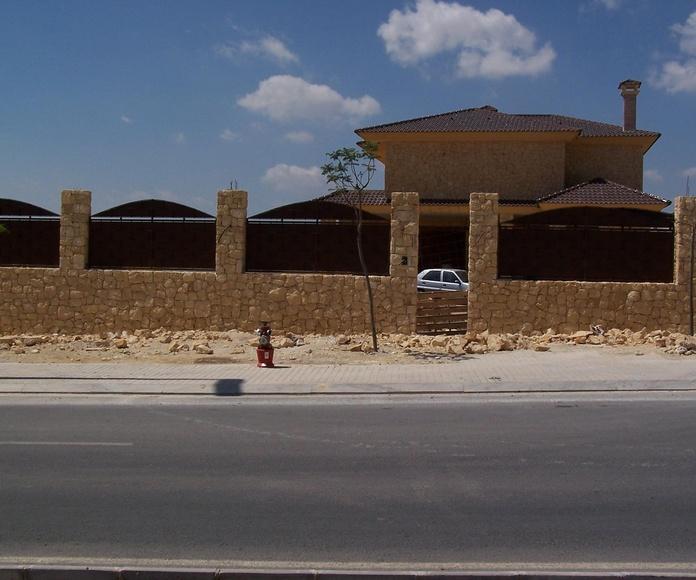 Muro y pilares en piedra de la Nucia