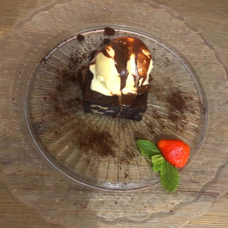 Brownie con helado vainilla: CARTA y Menús de Alquimia