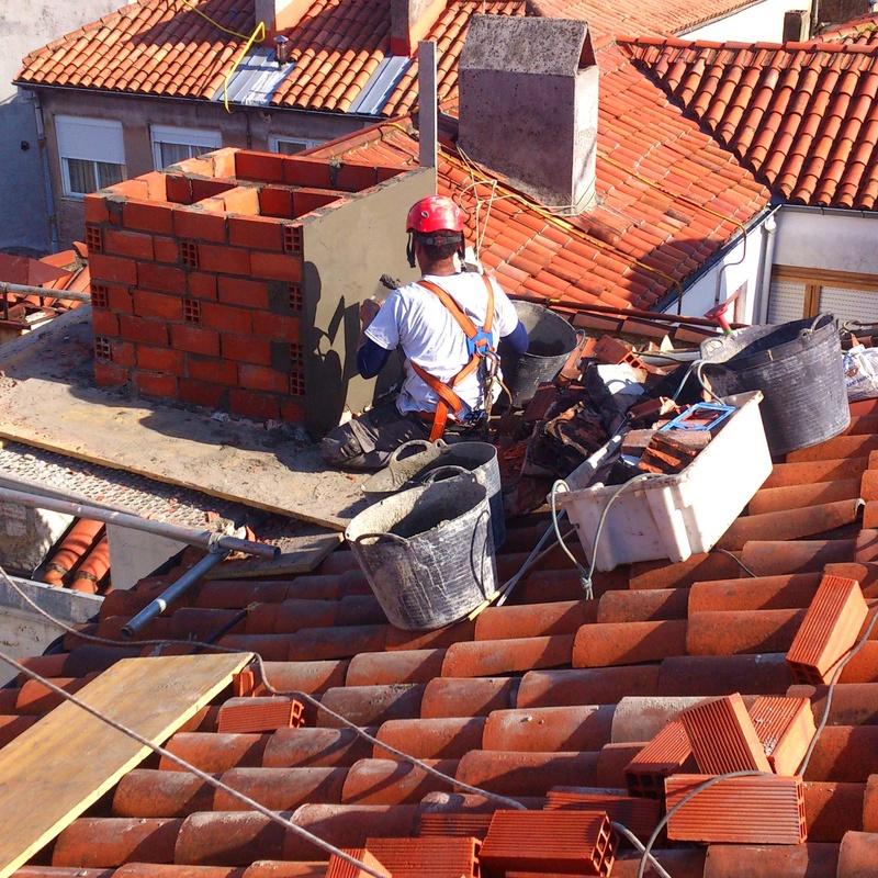 Trabajos de albañilería con situaciones de riesgo en altura.