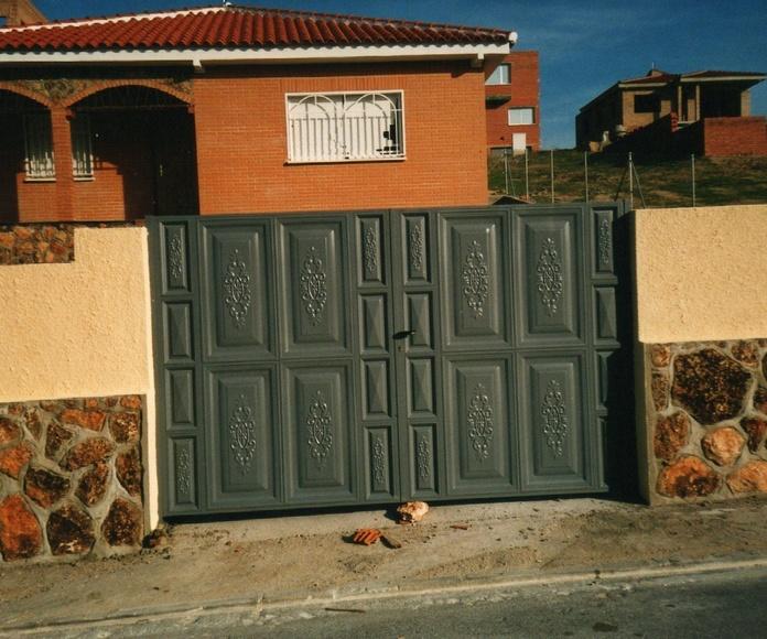 Puerta abatible de dos hojas y cuarterones.