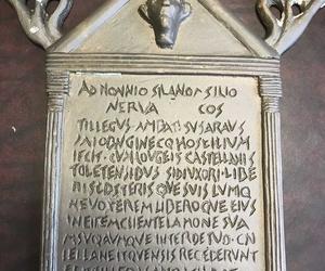 Escrito romano fundido en latón