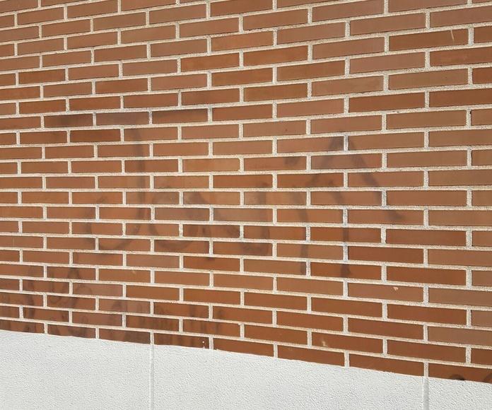 Pintada con graffiti en fachada antes de su limpieza con chorreo de arena