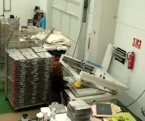 Video demostrativo de como imprimir una bolsa de papel negra con una sola pasada de impresion en una maquina de serigrafia plana semiautomatica