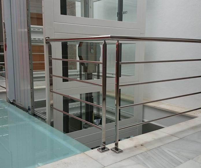 Barandilla de acero inoxidable en pasarela de acceso a ascensor