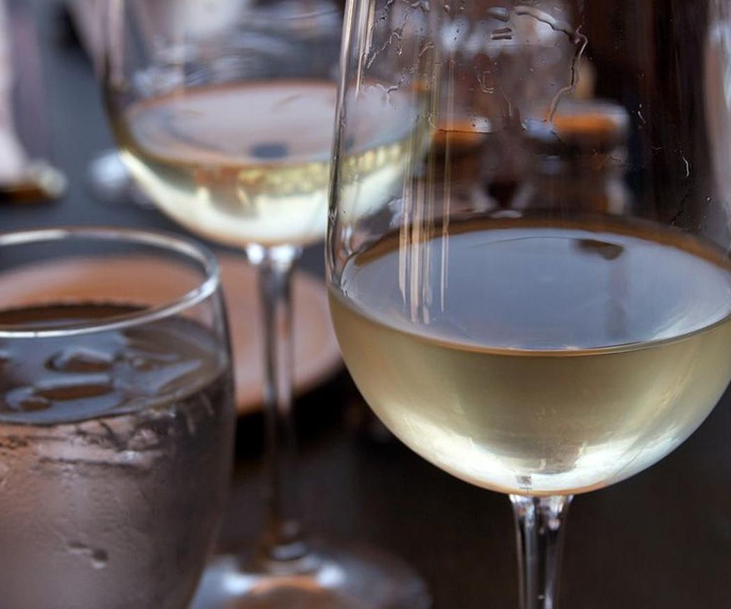 Descubre las propiedades de los vinos blancos