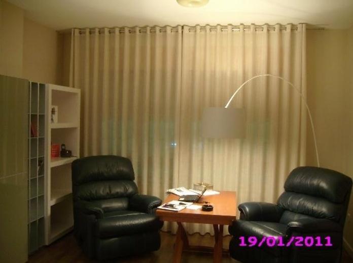 Salón con cortina con ollaos