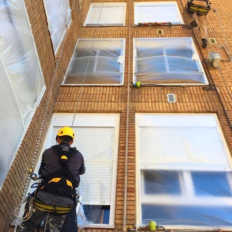 Empapelado de ventanas y elementos de fachada libres de proyección.