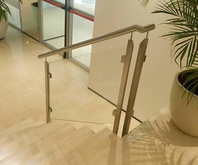 Barandilla de acero inoxidable y vidrio diseñada y montada a medida para zona de recepción de hotel de Sevilla