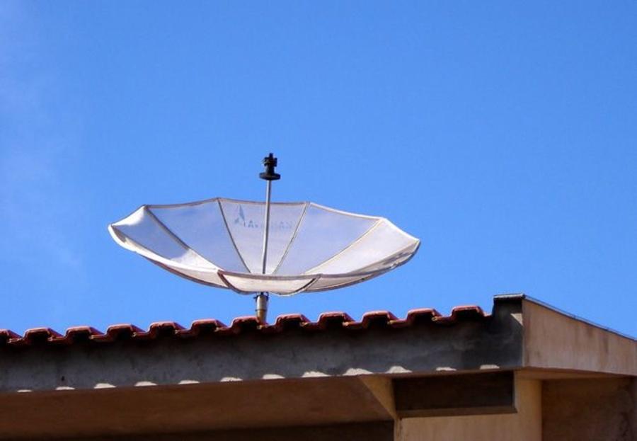 ¿A qué satélite oriento mi antena?