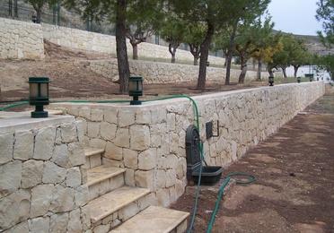 Mampostería concertada ripiada en piedra blanca de Novelda (Almorqui)