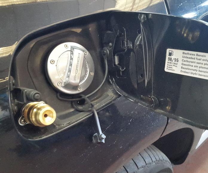 Detalle de la toma de carga en la tapa de la gasolina