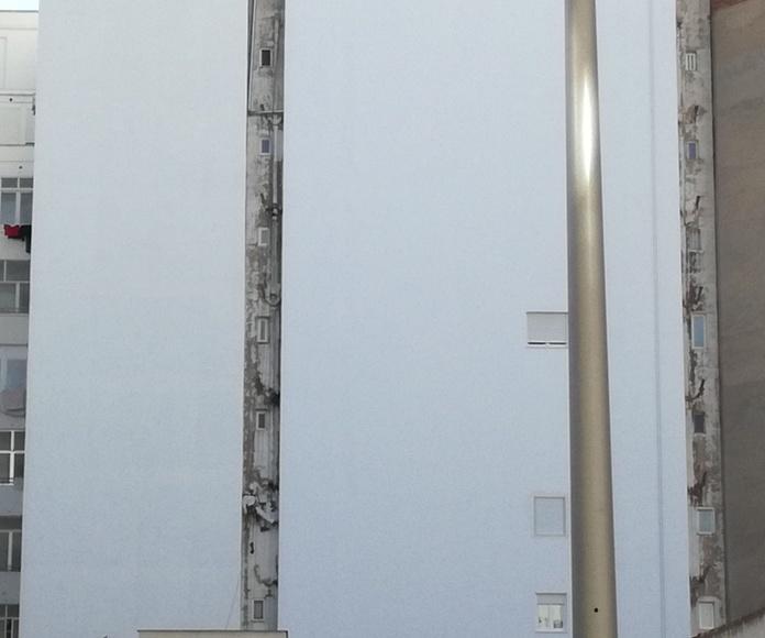 Retirada de bajantes con amianto con equipación especial (traje blanco, inferior izquierda)