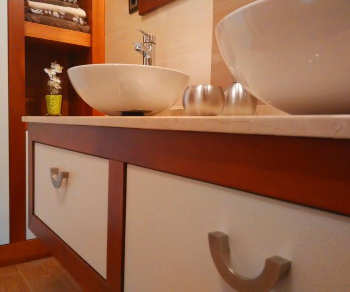Mueble de baño cerezo y cuero blanco