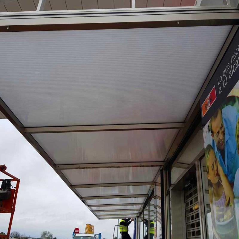 Estructura de marquesina de acero inoxidable para alojamientode vidriofabricada a medida para estación de servicios.