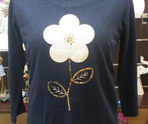 Camiseta azul marino flor