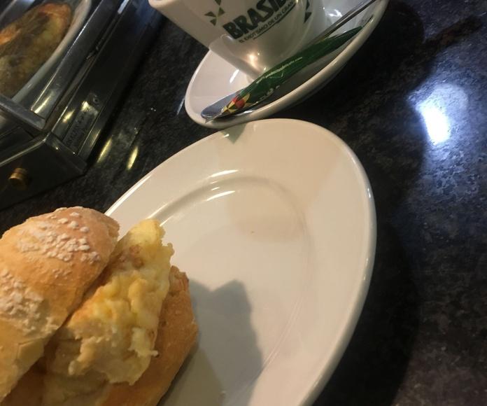 Desayuno con pulga de tortilla. desayunos baratos en las tablas. desayunos comida casera.