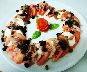 Ensalada italiana: tomate, mozzarella de bufala, alcaparras, olivas, atun y anchoas en Almeria
