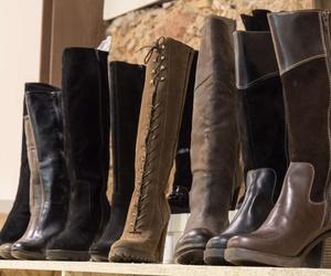 Tienda outlet en Viladecans, con un gran número de botas que están en constante renovación.