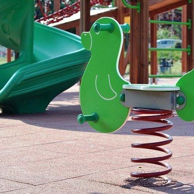 El mantenimiento adecuado para alargar la vida útil del suelo de los parques infantiles