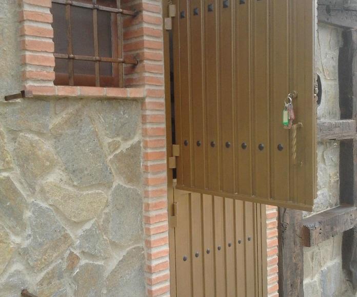 Puerta de hierro tipo borriquera de 1 hoja abatible con  chapa grecada