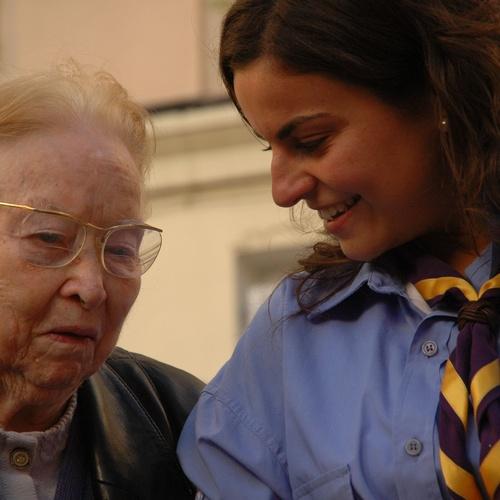 trabajador de instituto geriatrico acompañando a residente