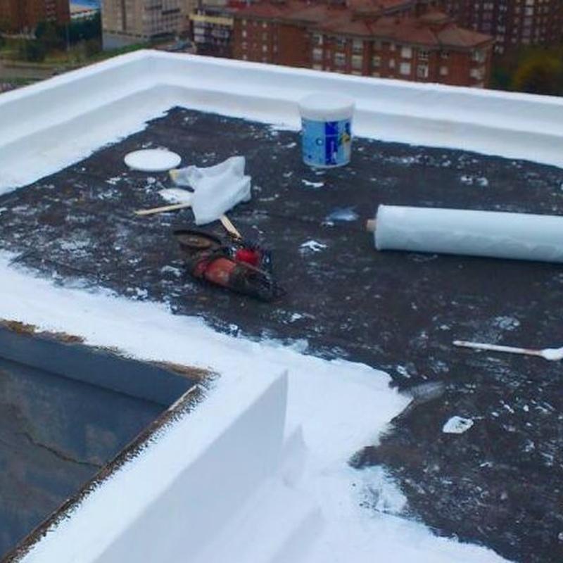 Aplicación de revestimiento semiespeso combinado con refuerzo geotextil.