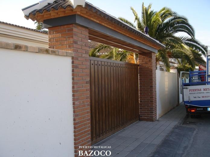 Puerta corredera con chapa lacada imitación madera