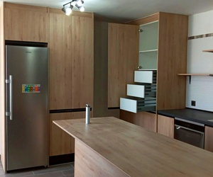 Esta cocina dispone módulos Aniversario 02 con tirados Mallorca