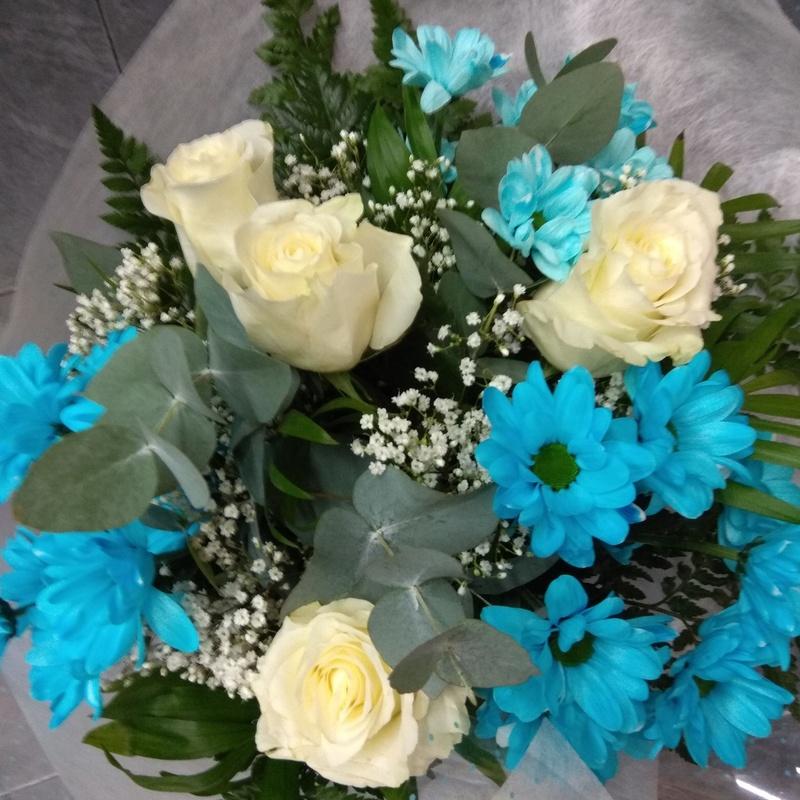 Ramo regalo de rosas y margaritas azules