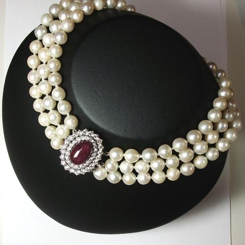 Collar de perlas cultivadas con cierre oval compuesto por un gran cabujón de rubí y dos orlas de brillantes. Circa: 1960-1970.