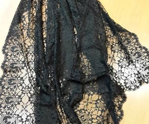 Mantilla blonda con teja y broche