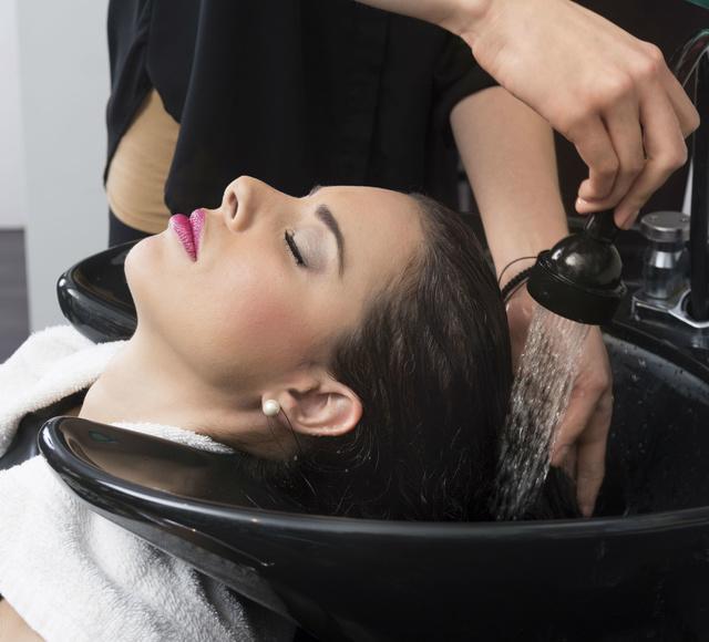 Lavado dermocapilar : Productos y servicios de Celeste Peluquería