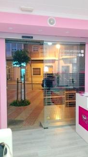 Instalación de puerta de cristal rápida 1 hoja automática gabinete estético en Silla Valencia