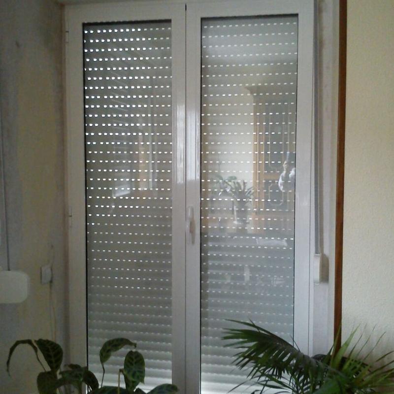 Puerta de acceso a terraza. Modelo oscilobatiente con cristal térmico y acústico. Persiana y mosquitera incorporada.
