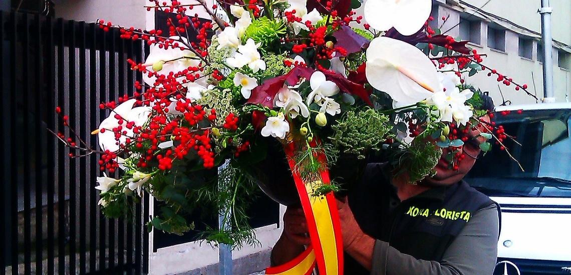 Ramos y coronas de flores en Chamberí, Madrid