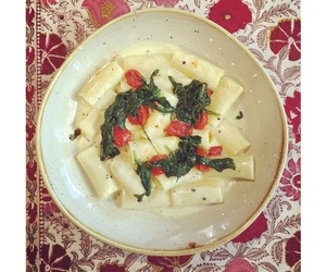 RIgatoni con crema de trufa,espinacas y tomate xerry